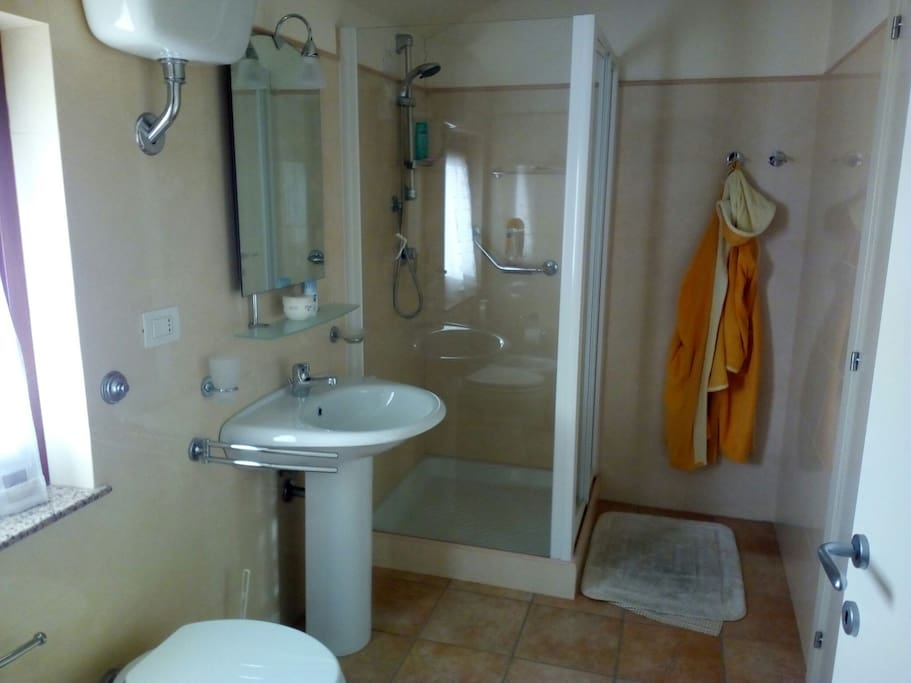 bagno con servizi e antibagno