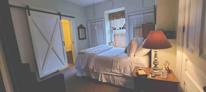 Carney Inn, Sam's Retreat-Private room downstairs