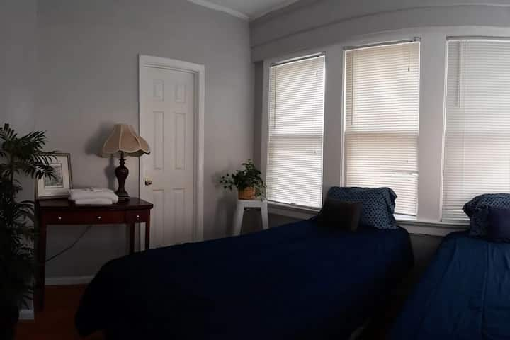Private room twin beds on river 1 mile to downtown