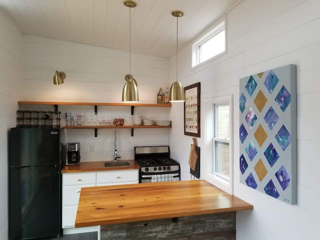 Tiny House Getaway on 60 acre (King of Pops) Farm