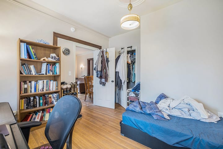 Cute and Affordable Room. Walk Downtown Ann Arbor