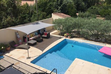 A proximité Aix en Pce, belle villa provençale - Ventabren - Huvila