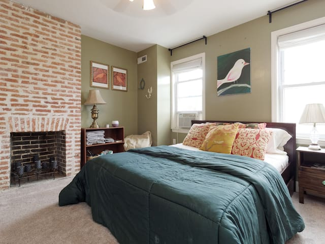 Comfy Private Room in Historic Baltimore Rowhome