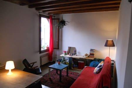 Bohémian apartment in the heart of Venice - Venedik