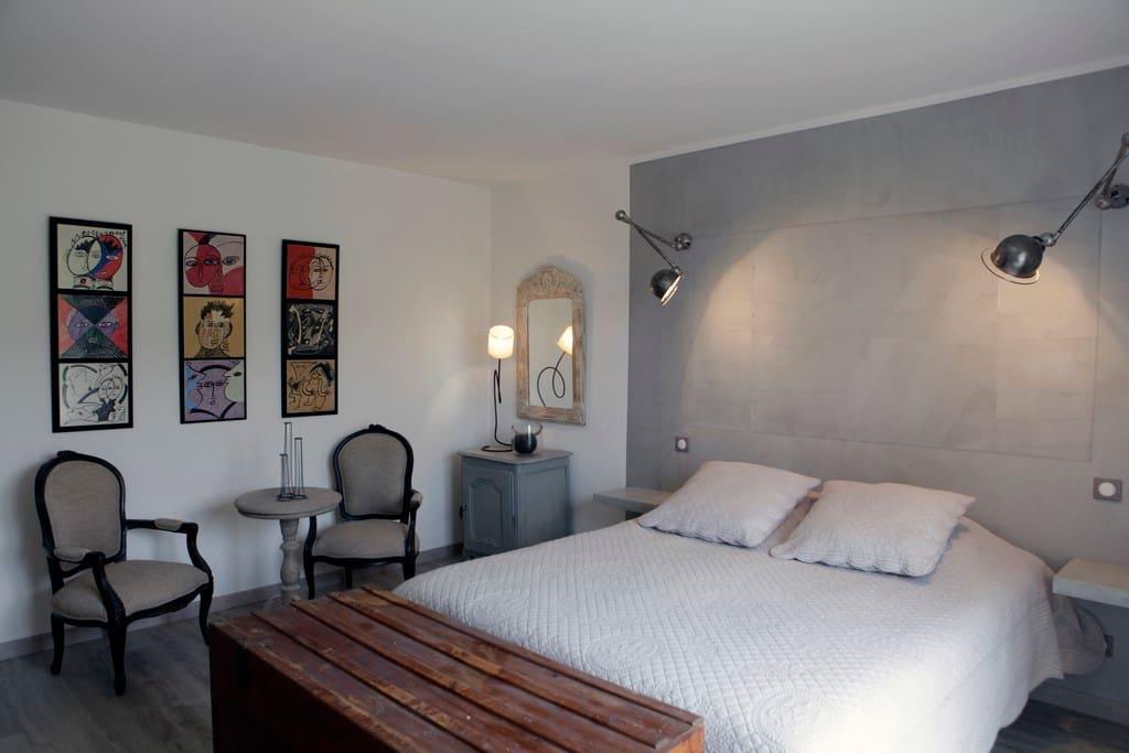 A l'étage, chambre claire, lit 160x200