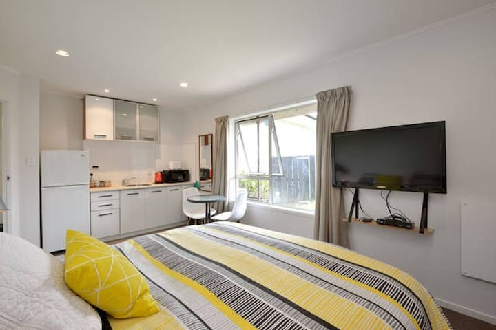 Modern bedroom with own kitchenette - Auckland - Casa