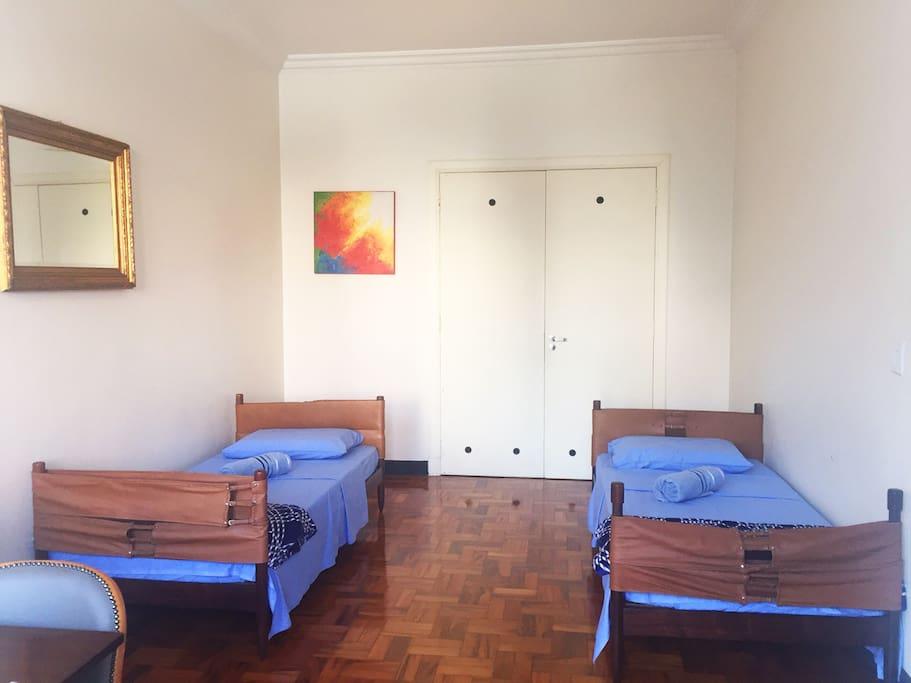 Duas camas confortáveis