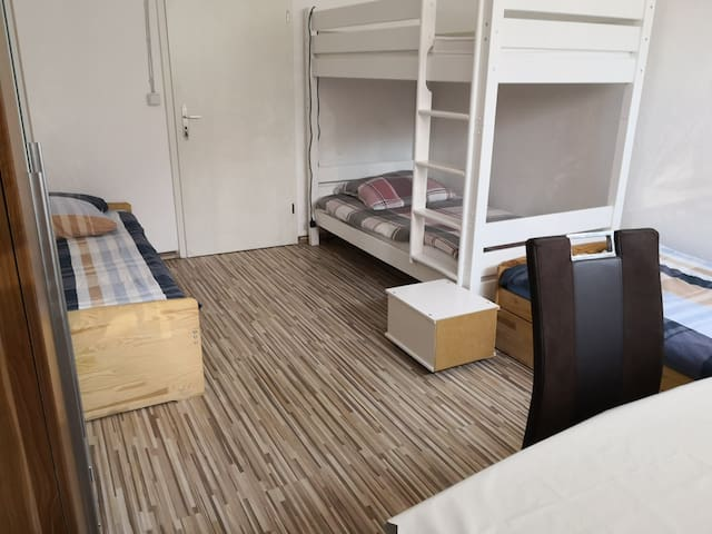 Room free in men's flat share, near airport