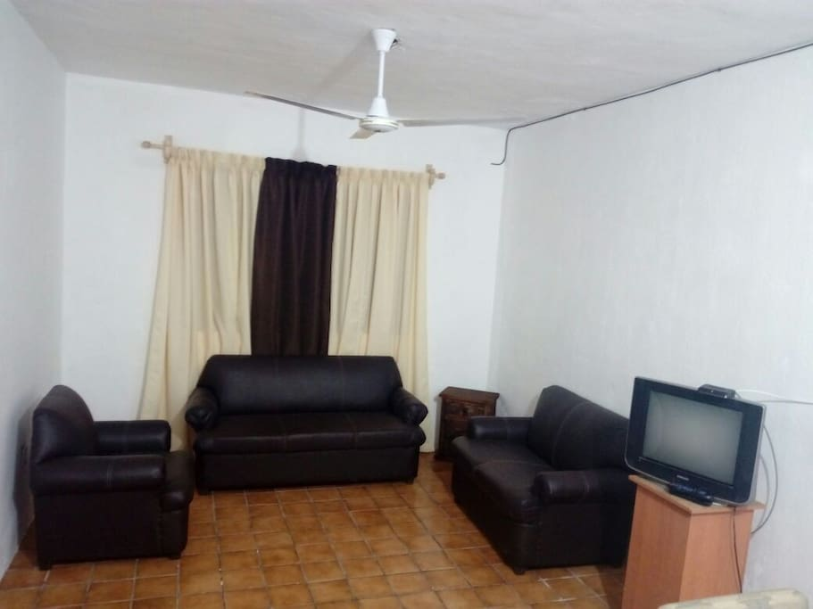 Sala completa para relajarse viendo T.V. por cable // Living room to relax and watch cable T.V.