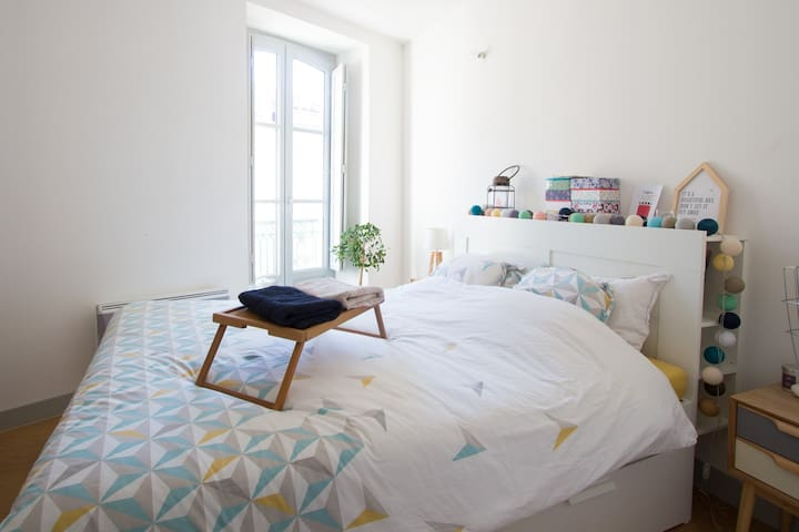 Room with 160 cm bed in cosy central flat - Béziers - Apartment