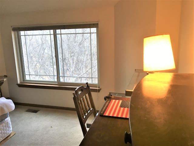 Quiet room & bath in Broadmoor Bluffs (east)