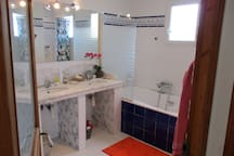 Salles de bains premier étage avec baignoire balnéo