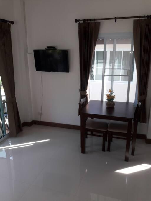 Wohnraum mit TV und Internet