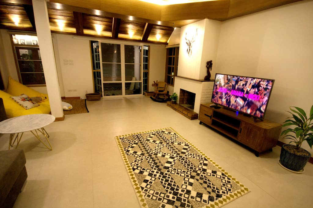 Large living room with pool view infront of the house.