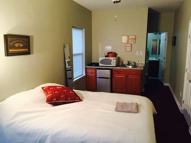 Full cozy studio/private bath (A) - Denton