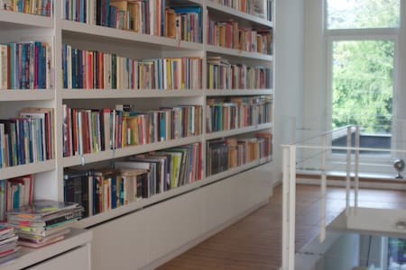 Stylish house, full of books & magazines - Casa