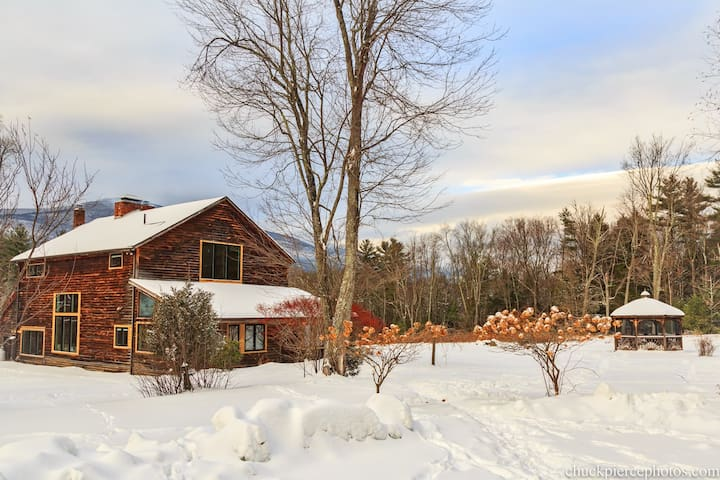 The Barn Castle: 15 private Acres & Mountain Views - Saugerties - House