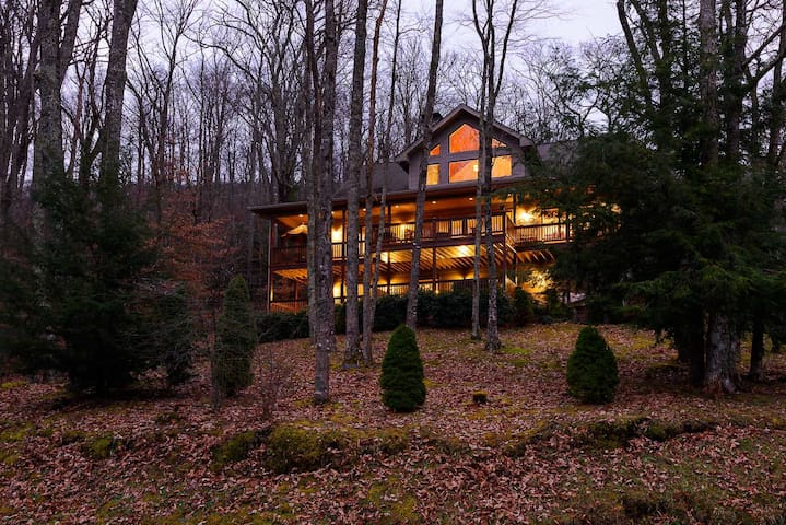 Expansive 4BR Mountain Home with Views, Suites, Hot Tub, Firepit, Near Skiing!