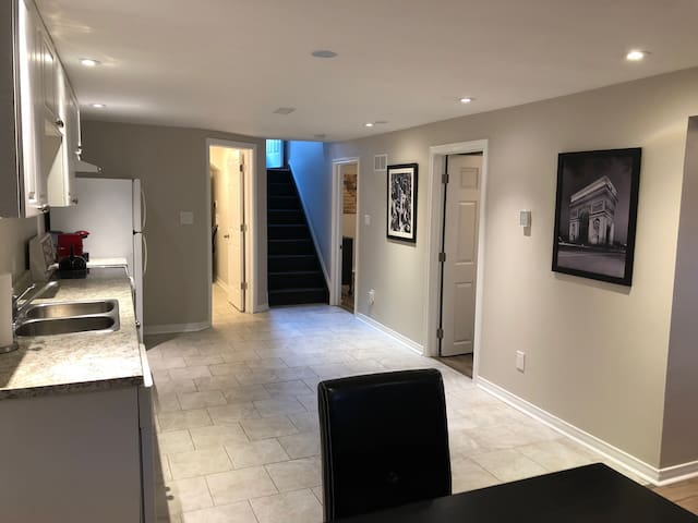 Stay here - Modern 2 Bedroom Quiet Lower Unit