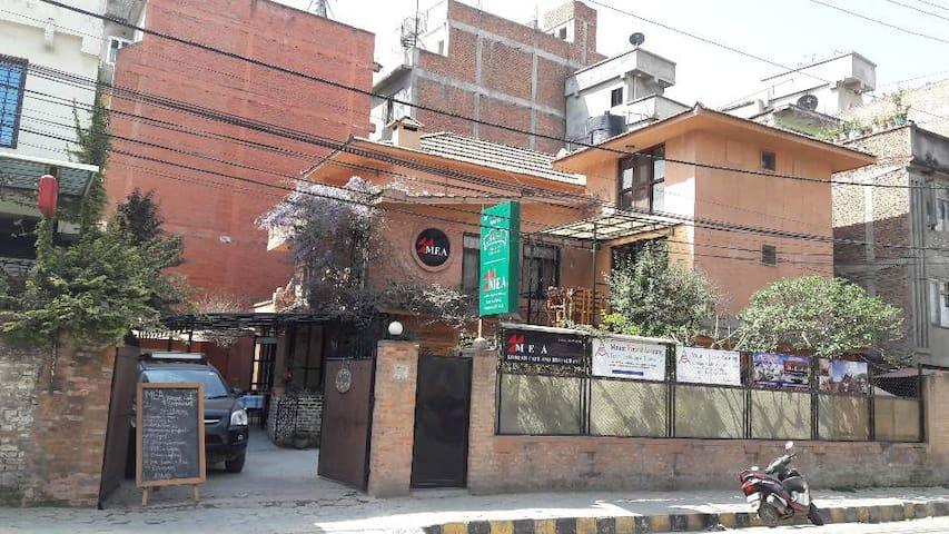 MEA 코리안 카페&레스토랑&게스트하우스는 황토로 지어진 별장으로 사용되었던 건물입니다.