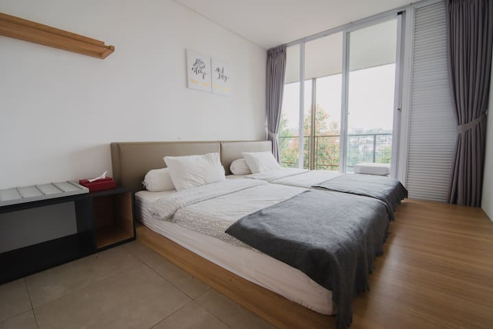Guest Room - Equipped with two 120x200 cm size beds, built in vanity table, luggage table and cloth hanger.