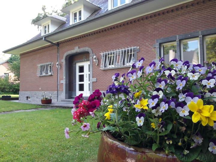Montigny-le-Tilleul: studio privé dans belle villa