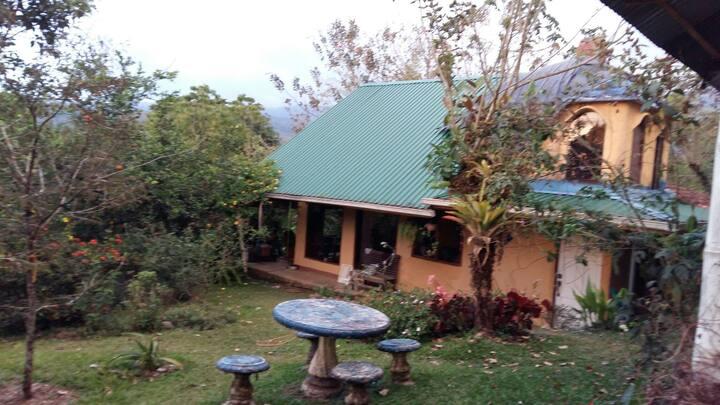 Casa Quetzalcoatl, inmersa en la naturaleza.