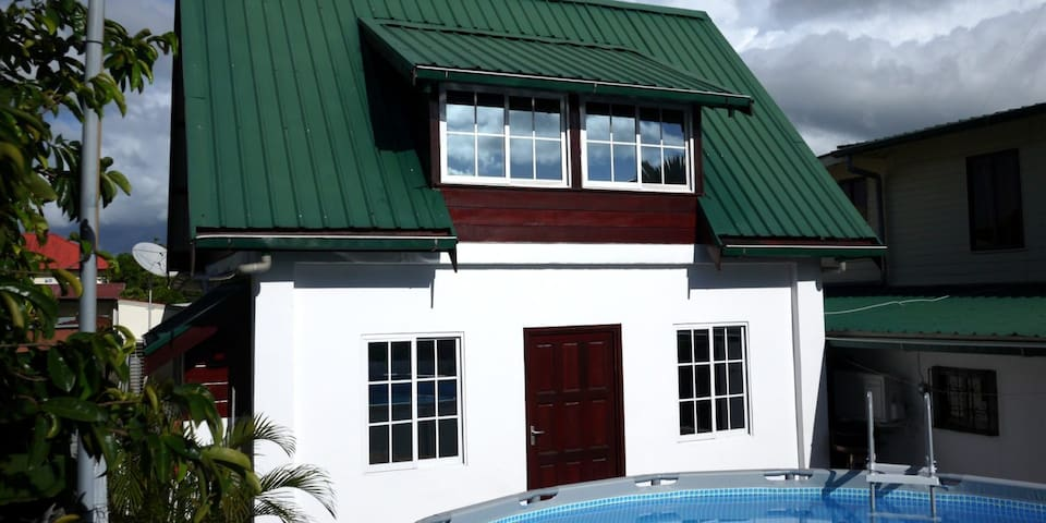 Tosca Tuinshuis met zwembad en airco