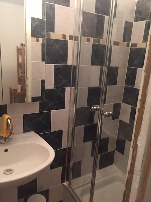 Bathroom with shower // double triple mirror for any sort of profile checking,etc