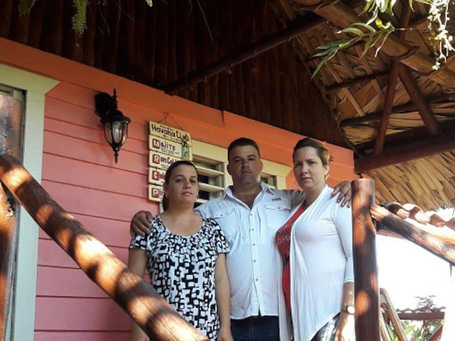 De izquierda a derecha, esposa de Modesto, Hermano y su esposa