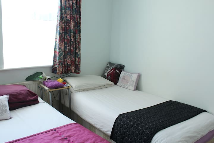 Sunny, lively Room, next to Central London