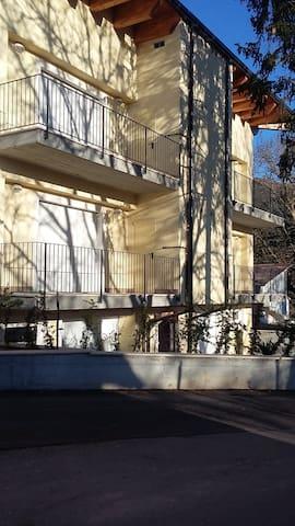Appartamento confortevole  luminoso - San Pio delle Camere - Leilighet