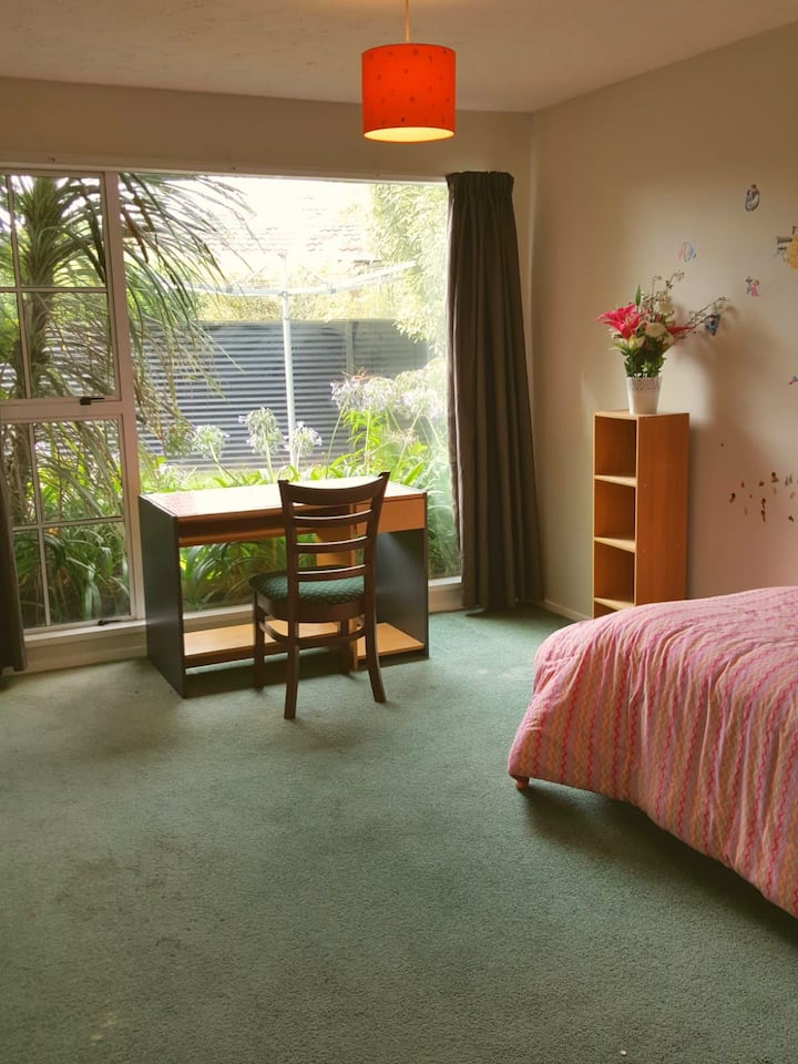Cozy room 7 minutes from the airport!
