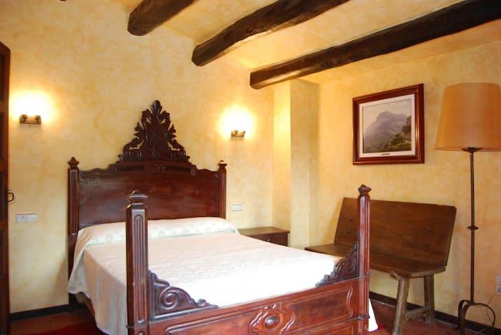 Habitación doble cama madera de caoba.