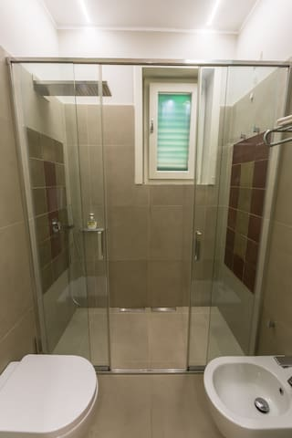 """La doccia con gli inserti in """"cementine"""" recuperate dal bagno originale."""