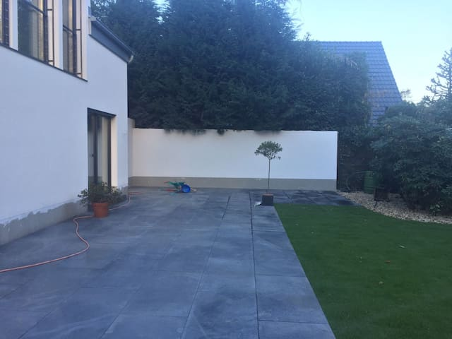 House with garden 10 min away Düsseldorf Center