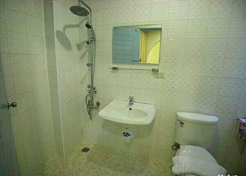 房內獨立衛浴設備 Private Bathroom
