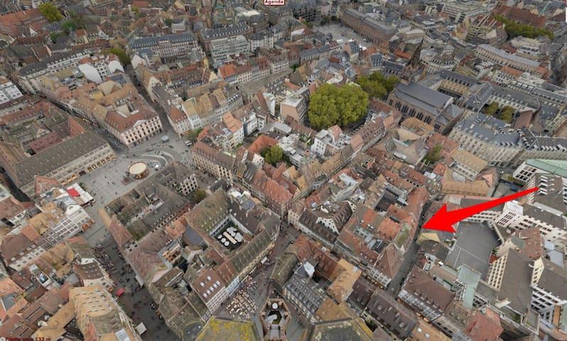 Le quartier vu du haut de la cathédrale et la rue du Sanglier où est situé le logement