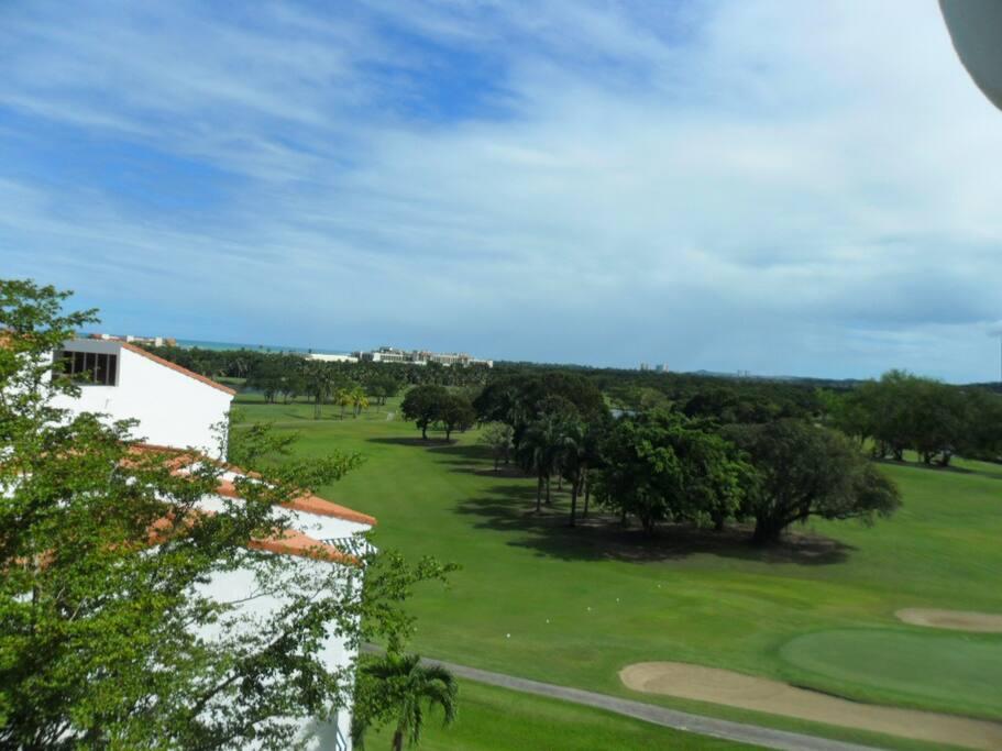 Panoramic view of the golf course and the beach Vista al campo de golf