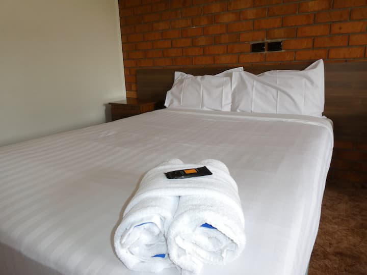 Private Motel room with free kitchen and laundry