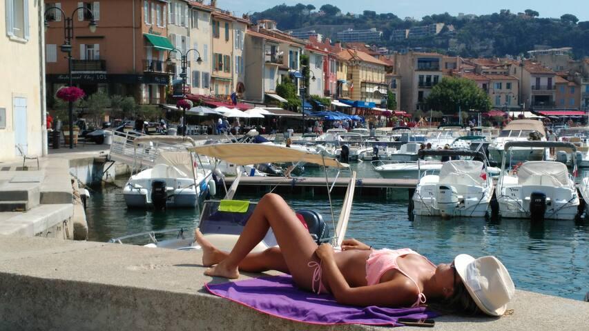 Le charme de ce petit port ... un tour en bateau ou un apéro ?!