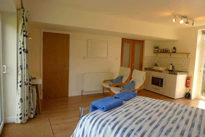 GARDEN Studio,parking,kitchen, bathroom,private