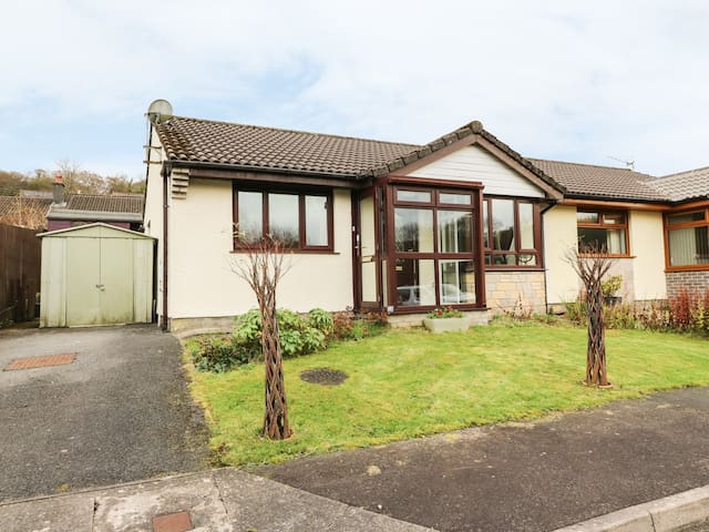 9 GOLWG Y CWM, pet friendly, with a garden in Cwmgors, Ref 969869