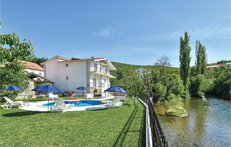 Holiday cottage with 5 bedrooms on 256m² in Grab