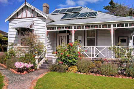 Charming 3BR Federation Cottage - Korumburra - Bed & Breakfast