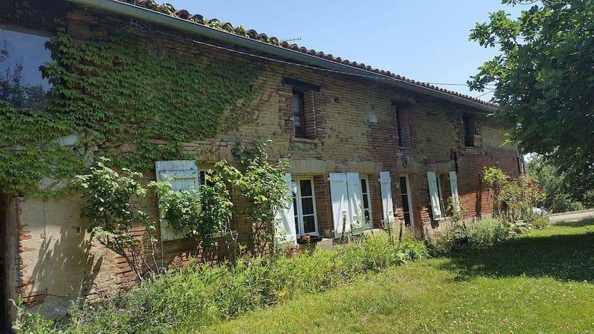 Belle ferme typique de la région - Mailholas - House