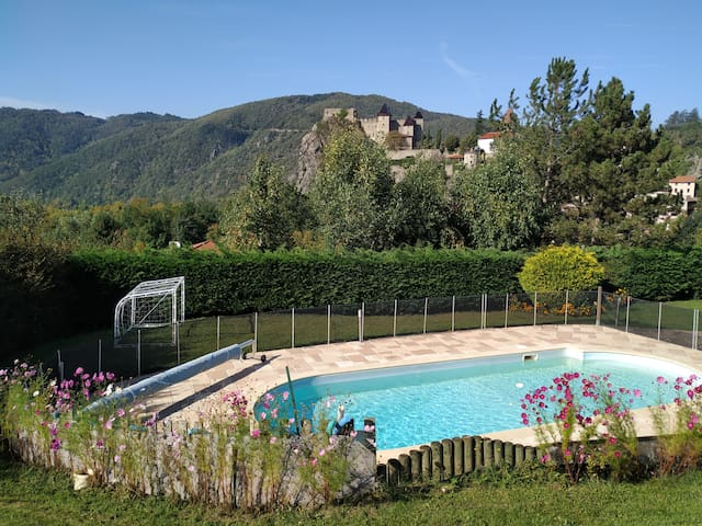 Villa avec piscine et vue sur chateau