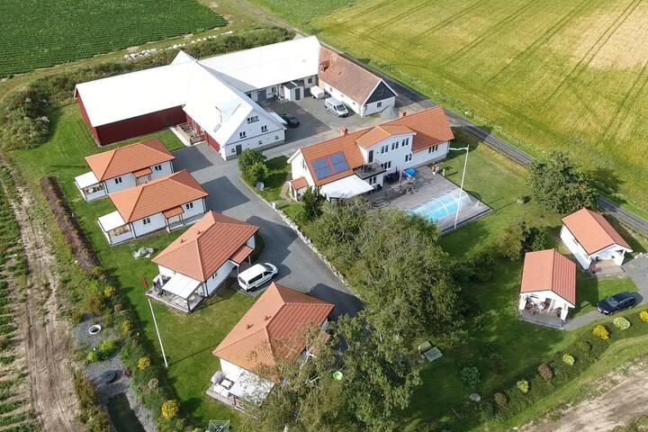 Boende i lägenhet på landet med tillgång till pool