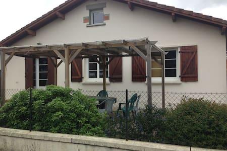 Chambre dans maison individuelle avec Jardin. - Saint-Vincent-de-Tyrosse - Dům