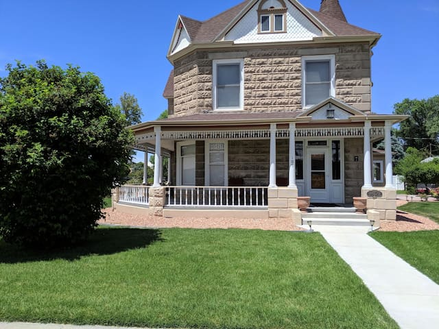 ♡Sagebrush IV - Family+Pet Friendly Home Downtown w/garage, Patio BBQ + 2bikes
